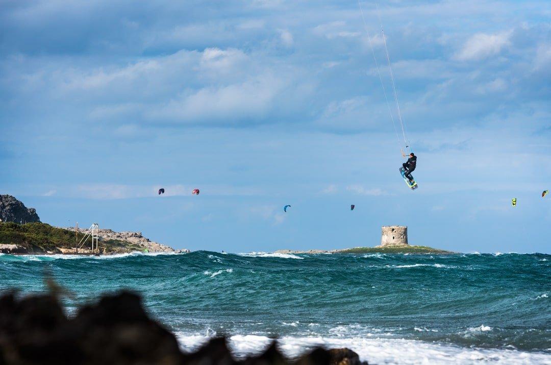 Simone-kitesurf- Sardaigne-nose-grab-Stintino