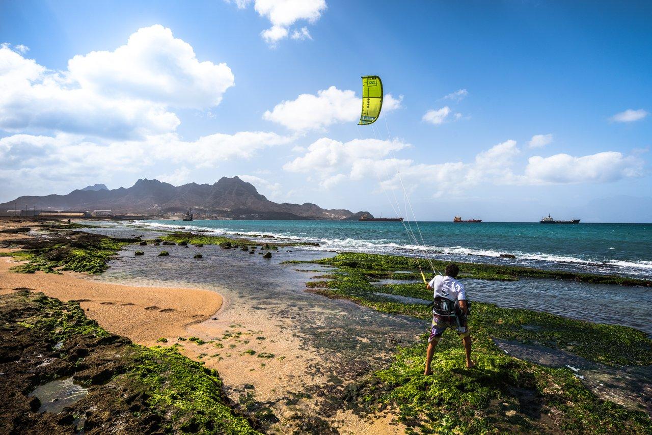 Simone-kitesurf-Cap-Vert-entre-dans l'eau-Baio-do-Porto-Grande-grande
