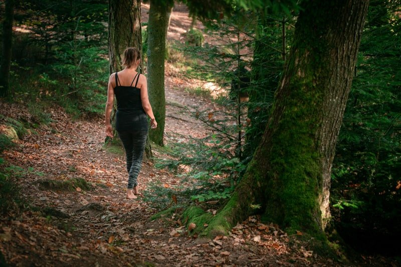 marcher pieds nus-Manuela Peschman-copyright-Accalmia-forêt