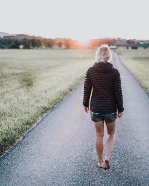 marcher pieds nus - Jen sur la route